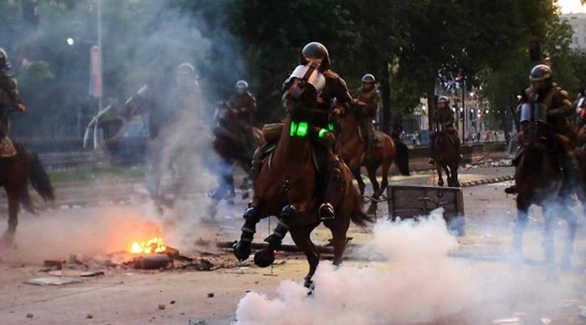 Colmevet alerta por uso de caballos en manifestaciones por parte de Carabineros de Chile